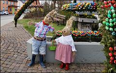 """""""Endlich Feierabend! Wir beide haben den Brunnen mit 3000 Eiern geschmückt!"""""""