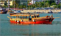 Una bella grande barca per trasporto turisti
