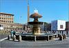 Roma : Piazza San Pietro, una delle due  fontane del Bernini , l'obelisc0 centrale, il colonnato del Bernini - la Basilica a sinistra (fuori campo)