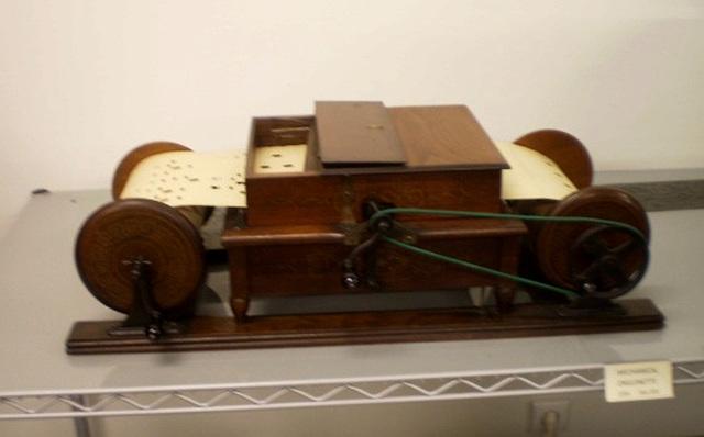 Mechanical Orguinette (U.S.A., 19th century).
