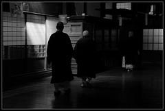Dans l'obscurité d'un temple