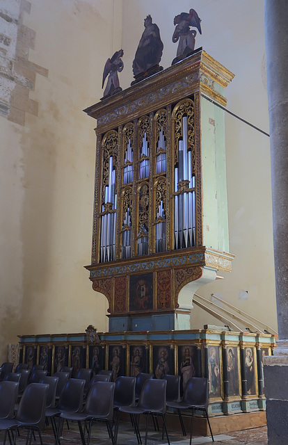 Free-standing organ pipes
