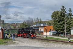 99 1773-3 mit einem Personenzug im Bahnhof Hammerunterwiesenthal