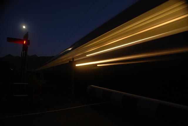 Nachts, an der Bahnschranke