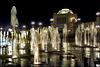 AbuDhabi :  la casa del presidente con una grande cupola è circondata da centinaia di fontane illuminate