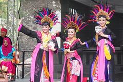 Folklora ensemblo el Indonesio