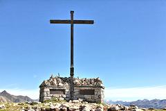 Kreuz mit Gedenktafeln für die gefallenen Kameraden der beiden Weltkriege