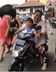 Au marché Avec autorisation souriante de la maman