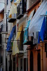 Vorhänge über Balkonen