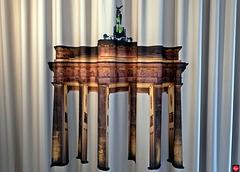 (Kein Eiserner)Vorhang mit Brandenburger Tor im Hotelzimmer, Westansicht (1xPiP = Original Quadriga, Ostansicht)