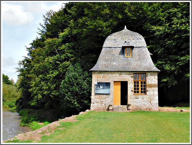 Au parc du château : LE ROCHER PORTAIL A SAINT BRICE EN COGLES (BRETAGNE)