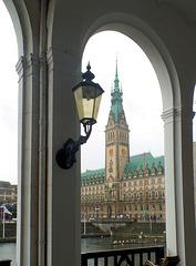 Hamburger Rathaus von den Alsterarkaden
