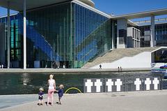 """Weiße Kreuze am Ufer der Spree - """"Weisse Kreuze"""" memorial"""