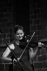 Une violoniste souriante !