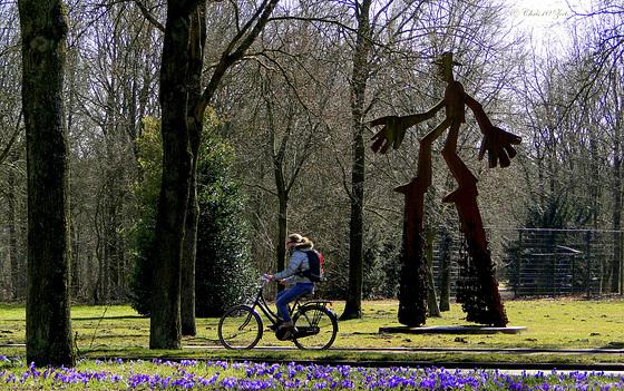 Ineens zag ik het: De grote Sleutelmeneer die met zijn lange stelten het snel fietsende meisje probeert in te halen...