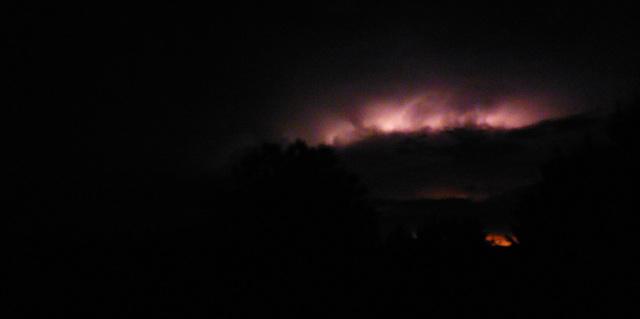 Lueurs d'orage derrière les nuages cette nuit...