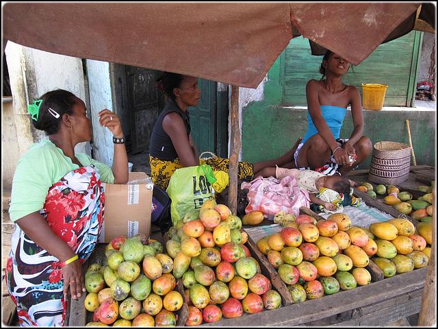 DIEGO SUAREZ, MADAGASCAR - sono in 4 a vendere il mango...guarda bene !