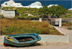 Santorini : le barche spesso sono ricoverate  nei cortili