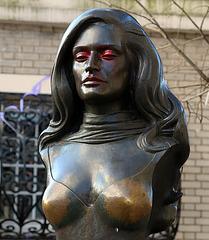 Les seins de Dalida , usés par les attouchements répétés des touristes