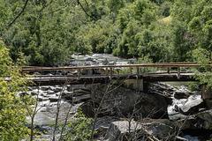 Hölzerne Brücke über den jungen Fluss Arc