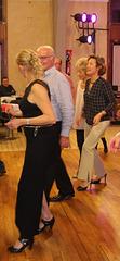Belles Dames en talons hauts dansant le Madison