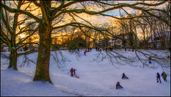 Winterlandschaft mit rodelnden Kindern