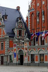 Eingang des Schwarzhäupterhauses Riga (© Buelipix)