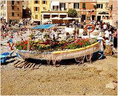 Boccadasse : Il gozzo è stato riempito di fiori sulla spiaggia per festeggiare Euroflora