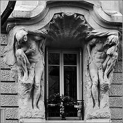 Fenêtre avec sculptures