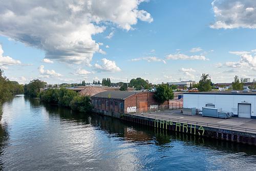 Blick auf den Schuppen an der Bille von der Gelben Brücke aus// -schuppen-03340-co-03-09-17