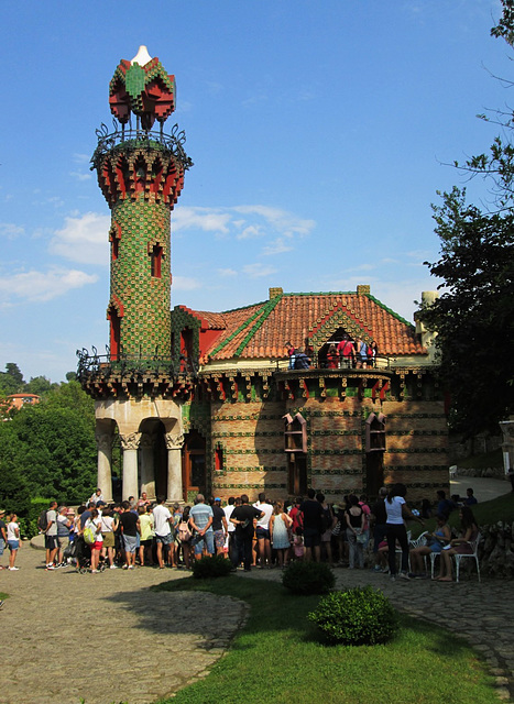 El Capricho de Gaudi - Big crowds!