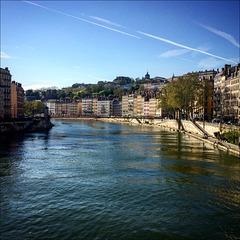 Sur le pont du Rhône .