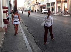 Une fille sexy traversa la rue...