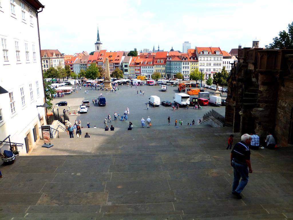 Blick von der Domtreppe auf den Domplatz. ©UdoSm