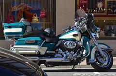 Une de mes motos devant mon magasin préféré
