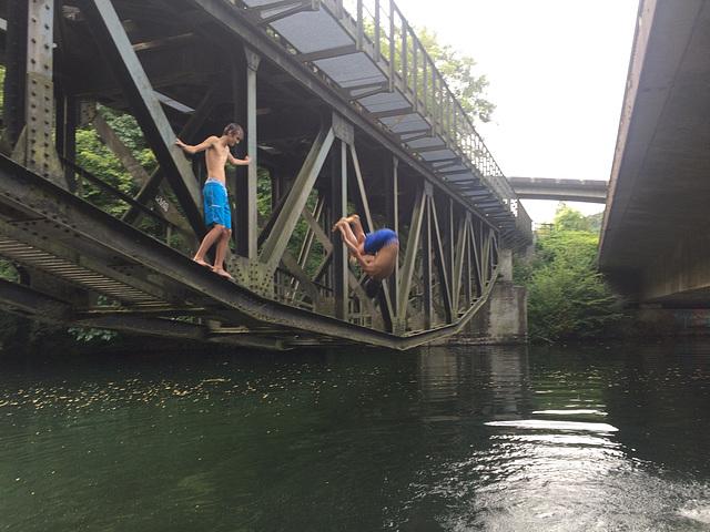Salto von der Fischbauchbrücke