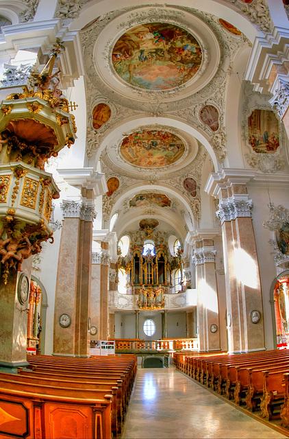 Füssen: Klosterkirche St. Mang. Langhaus mit Orgel. ©UdoSm
