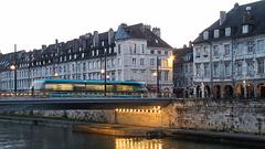 BESANCON: Passage d'un tram sur le pont Battant.
