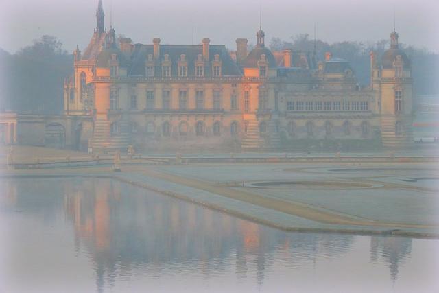 Lever de soleil sur le château de Chantilly