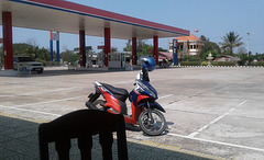 Pause moto avec chaises assorties (Laos)