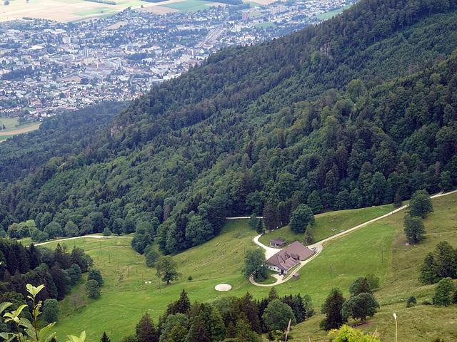 Blick in die Tiefe auf den Bergbauernbetrieb Bettlachberg ( 1071 m.ü.M. ) und im Tal die Stadt Grenchen