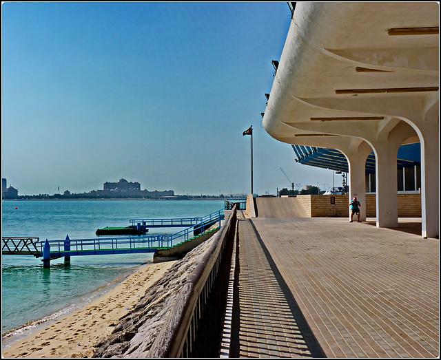 AbuDhabi : moderna struttura che accoglie chi arriva in barca al Marina Mall - sullo sfondo il grande palazzo del presidente Sheikh Zayed