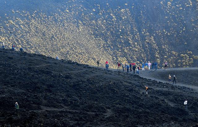 Menschen in der Vulkanlandschaft