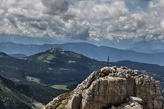 Blick von der Pisahütte auf den Torre di Pisa-Latemar und auf die dahinter liegenden Berge