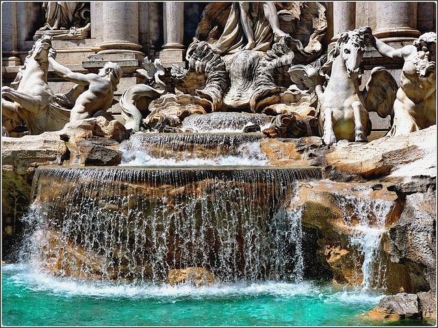 Roma : la fontana di Trevi - dettaglio del punto centrale con triplice salto dell'acqua