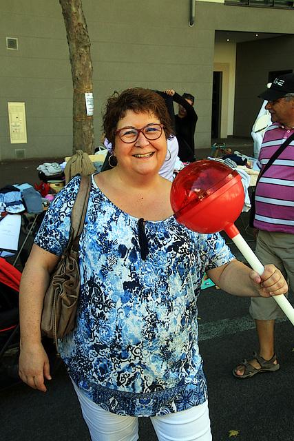 Une femme épanouie , avec sa sucette spéciale 20 000 calories