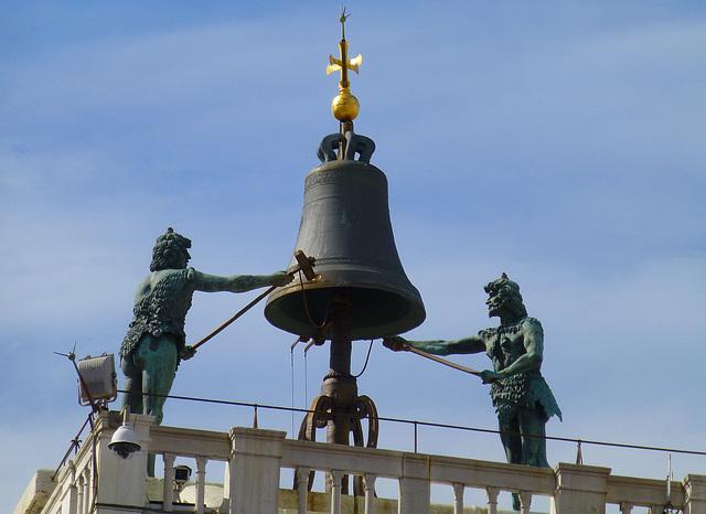 Wo befinden sich diese Glockenmänner? Die Lösung wird am 1. März 2015 bekannt gegeben. Leider schon beendet.
