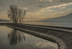 Une digue le long du lac du Bourget.............(Aix les Bains).