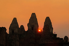 Sonnenuntergang beim Pre Rup Tempel (P.i.P.) - view on black background (© Buelipix)