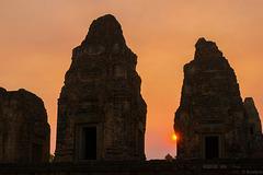 Sonnenuntergang beim Pre Rup Tempel - view on black background (© Buelipix)